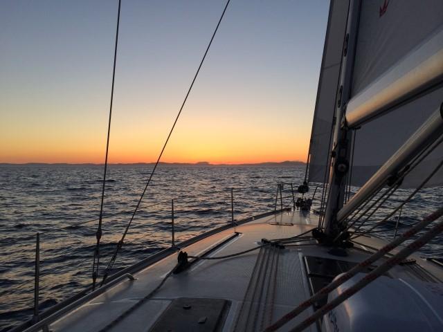 закат в океане на яхте